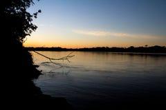Puesta del sol en el río Amazonas (Perú) Foto de archivo