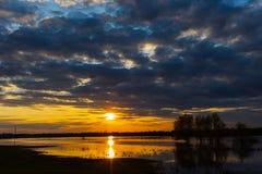 Puesta del sol en el río con tres árboles en el río en primavera, Ucrania de Desna fotos de archivo