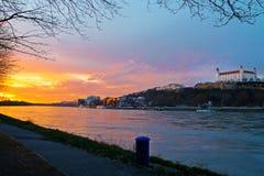 Puesta del sol en el río Danubio, Bratislava Imagenes de archivo