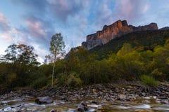 Puesta del sol en el río de Arazas y la montaña de Punta de Gallinero en la nación Foto de archivo libre de regalías