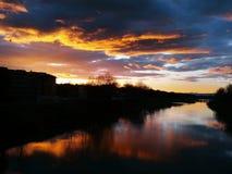 Puesta del sol en el río de arno en Florencia imagenes de archivo