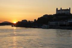 Puesta del sol en el río de Danubio con el castillo Fotografía de archivo libre de regalías