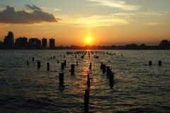 Puesta del sol en el río de Hudson imagen de archivo