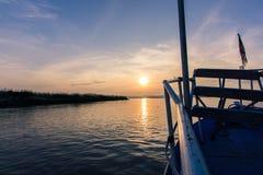 Puesta del sol en el río de Irrawaddy foto de archivo libre de regalías