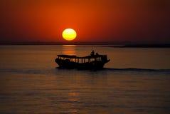 Puesta del sol en el río de Irrawaddy Imágenes de archivo libres de regalías