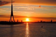 Puesta del sol en el río de la ciudad, Riga Fotografía de archivo libre de regalías