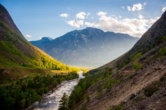 Puesta del sol en el río de la garganta de la montaña fotografía de archivo libre de regalías