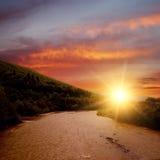 Puesta del sol en el río de la montaña Foto de archivo libre de regalías
