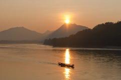 Puesta del sol en el río de Mekong Fotos de archivo