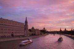 Puesta del sol en el río de Moskva en Moscú Foto de archivo libre de regalías