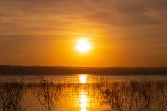 Puesta del sol en el río de Mun, presa de Lum Chae, Khonburi, Nakhon Ratichasima, Tailandia foto de archivo
