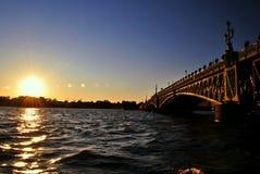 Puesta del sol en el río de Neva Imágenes de archivo libres de regalías