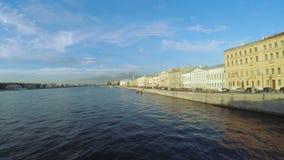 Puesta del sol en el río de Neva metrajes