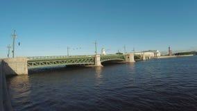 Puesta del sol en el río de Neva almacen de video
