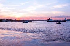 Puesta del sol en el río de Rangún en Rangún Myanmar Fotografía de archivo