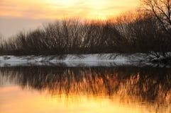Puesta del sol en el río del invierno imagen de archivo