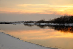 Puesta del sol en el río del invierno fotografía de archivo libre de regalías