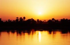 Puesta del sol en el río del Nilo, Egipto. Imagen de archivo