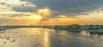 Puesta del sol en el río en patria rural Fotos de archivo libres de regalías