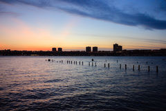 Puesta del sol en el río Hudson con la silueta de New Jersey fotos de archivo