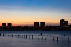 Puesta del sol en el río Hudson con la silueta de New Jersey imágenes de archivo libres de regalías