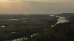 Puesta del sol en el río Inmersión en la hierba almacen de video
