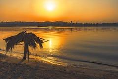 Puesta del sol en el río en la ciudad imagenes de archivo