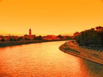 Puesta del sol en el río en la ciudad romántica de Verona Italia Fotos de archivo libres de regalías