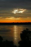 Puesta del sol en el río Misisipi Imagen de archivo libre de regalías