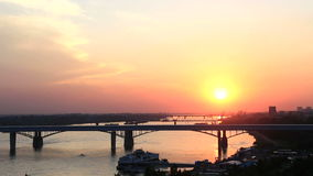 Puesta del sol en el río Ob en Novosibirsk. Opinión de Timelapse. almacen de video