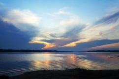 Puesta del sol en el río Volga Imagen de archivo