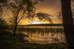 Puesta del sol en el río Volga cerca del Samara, Rusia Foto de archivo libre de regalías