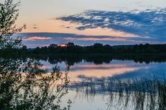 Puesta del sol en el río Volga en Kazán Fotos de archivo libres de regalías