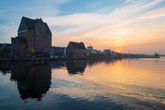 Puesta del sol en el río Warnow en la ciudad Rostock, Alemania imágenes de archivo libres de regalías
