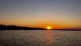Puesta del sol en el río Zambezi en Zimbabwe Foto de archivo