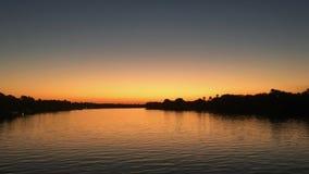 Puesta del sol en el río Zambezi en Zimbabwe Fotografía de archivo