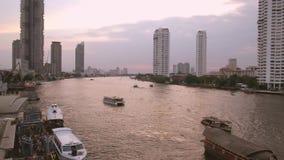 Puesta del sol en el r?o Chao Phraya Bangkok, Tailandia metrajes
