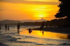Puesta del sol en el rayong Tailandia de la playa del pim de los mae imagenes de archivo