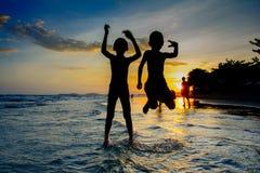 Puesta del sol en el rayong Tailandia de la playa del pim de los mae imagen de archivo