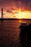Puesta del sol en el río de la ciudad en Riga Imagen de archivo libre de regalías
