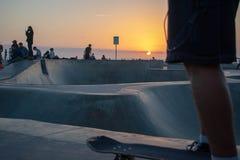 Puesta del sol en el ` s Skatepark de la playa de Venecia imagenes de archivo