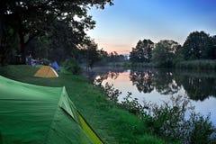 Puesta del sol en el sitio para acampar. Imagen de archivo