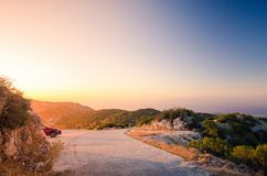 Puesta del sol en el top de la colina en la isla griega Lefkada Fotografía de archivo