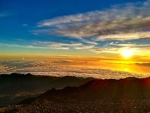 Puesta del sol en el top de Pico del Teide imagenes de archivo