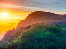 Puesta del sol en el valle cerca de la ciudad de Ella, Sri Lanka Foto de archivo