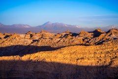 Puesta del sol en el valle de la luna en el desierto de Atacama cerca de San Pedro de Atacam imagen de archivo libre de regalías