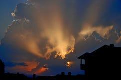 Puesta del sol en el verano con las siluetas Fotografía de archivo libre de regalías