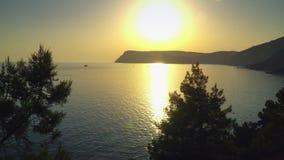 Puesta del sol en el verano crimeo Sevastopol de las montañas de la bahía del Mar Negro almacen de video
