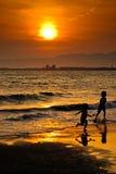 Puesta del sol en Enoshima con los niños fotos de archivo libres de regalías