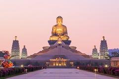 Puesta del sol en FO Guang Shan, el templo más grande del buddist de Gaoxiong en Taiwán foto de archivo